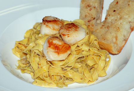 Saffron pasta with scallops and leek sauce